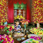 Trẻ em làng Thanh Tiên cũng là những nghệ nhân làm hoa giấy. Ảnh: Đào Hoa Nữ
