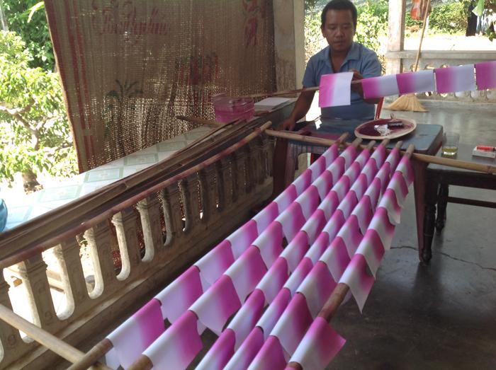 Nhuộm màu cho hoa sen giấy Thanh Tiên