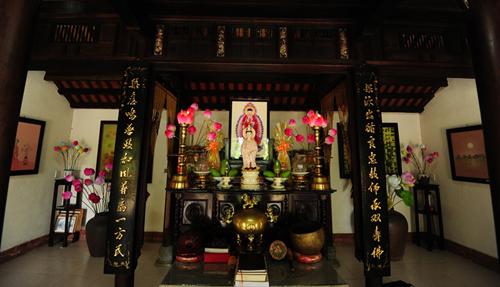Trang trí bàn thờ gia tiên bằng Hoa sen giấy Thanh Tiên