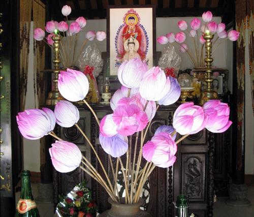 Trang trí bàn thờ với hoa sen giấy