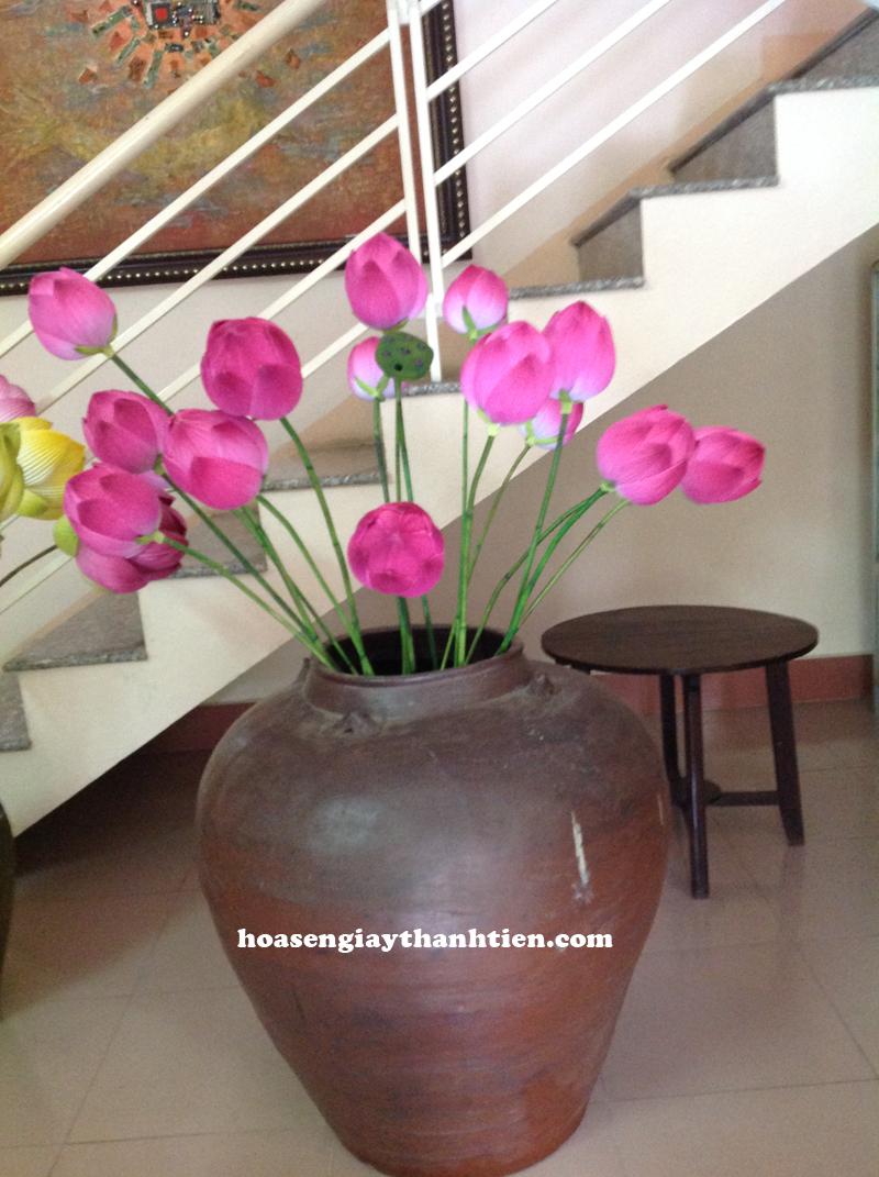 Dùng hoa sen giấy Thanh Tiên đặt ở chân cầu thang phòng khách
