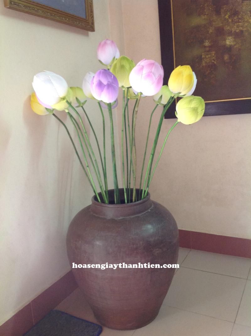 Sử dụng hoa sen giấy Thanh Tiên đặt ở góc phòng khách