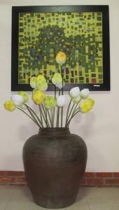 Tranh và hoa sen do họa sĩ Thân Văn Huy sáng tác. Ảnh: Trần Đức Anh Sơn