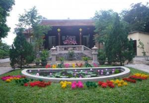 Sắp đặt hoa giấy Thanh Tiên trong vườn nhà họa sĩ Thân Văn Huy. Ảnh: Trần Đức Anh Sơn