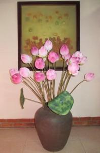 Bức tranh vẽ sen và hoa sen giấy của họa sĩ Thân Văn Huy. Ảnh: Trần Đức Anh Sơn